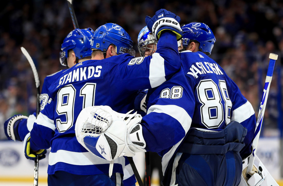 TAMPA, FLORIDA - FEBRUARY 25: The Tampa Bay Lightning celebrate a shootout win during a game against the Los Angeles Kings at Amalie Arena on February 25, 2019 in Tampa, Florida. (Photo by Mike Ehrmann/Getty Images)
